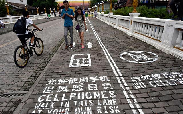 Полоса для пешеходов с телефонами появилась в Бангкоке
